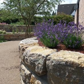Mauer und Treppen mit Natursteinen
