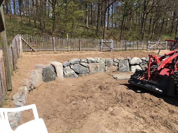 Die Hanglage bot sich für eine rustikale Natursteinmauer an.