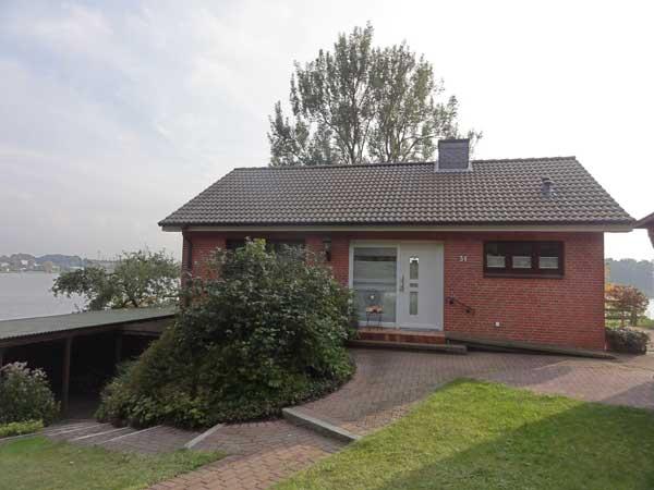 Das Haus mit der herrlichen Lage am See sollte eine neue Terrasse, ...
