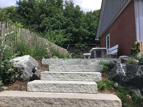 Die Steintreppe fügt sich gut in die bäuerliche Optik ein...