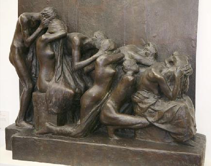 Pleureuses sur le monument aux morts du Père-Lachaise