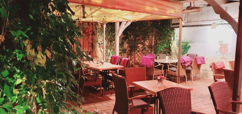 Überdachte Gartenrestaurant im Filou