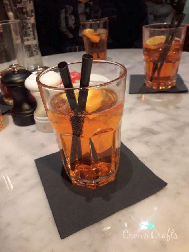 Den ersten Drink haben wir noch bekommen - bis auf Katharina!