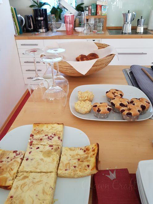 ... Zwiebelkuchen (vorne), Kirsch-Nugat- und Birnen-Crumble-Muffins
