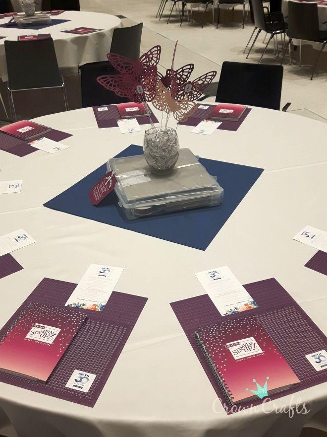 Sehen die vorbereiteten Tische nicht klasse aus? Es gab Reihen mit wechselnden Farben...