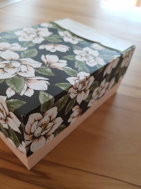 Eine Schachtel, die groß genug ist für Fotos (10 cm x 15 cm), Eintrittskarten ins Autokino, Karten von Freunden,...