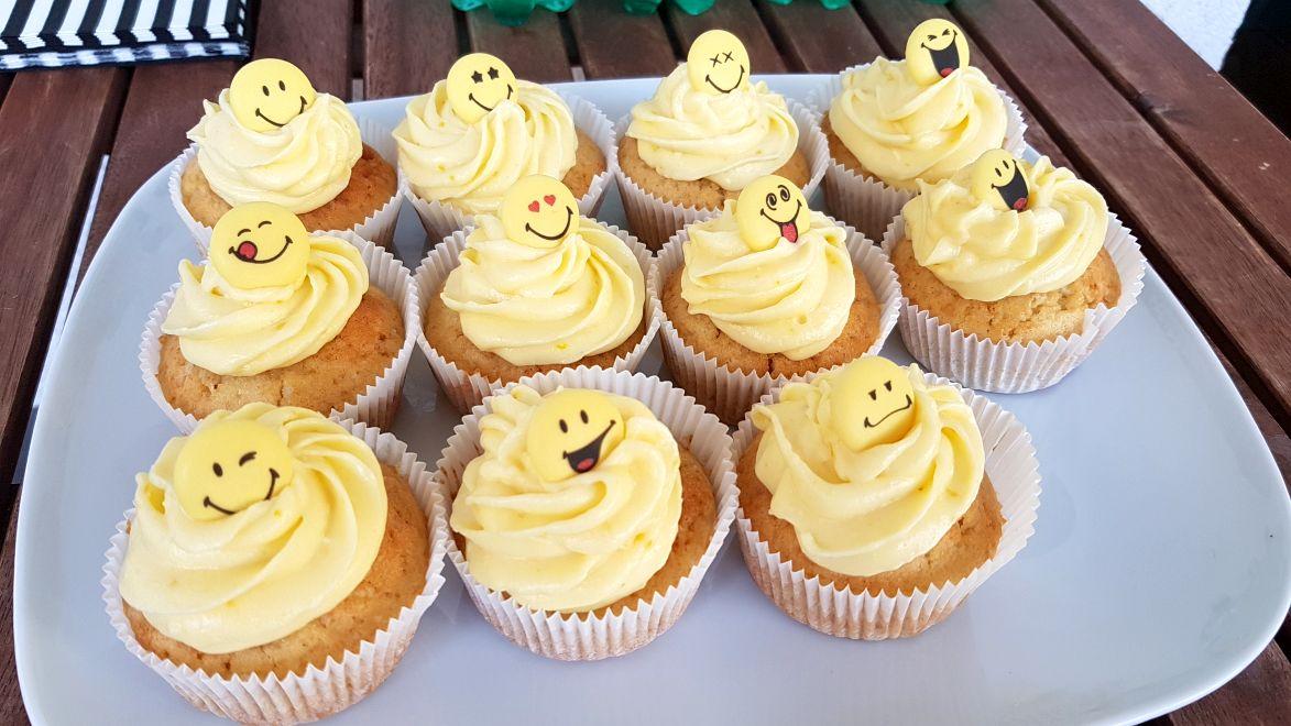 Zitronen-Cupcaks mit Creamcheese-Frosting und Smileys - mit Klick auf's Bild kommst du zum Rezept!