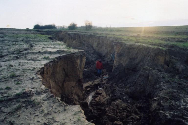 Ravines de plus de 2 mètres de profondeur formées après une pluie d'orage au Val de Tessy - 2012