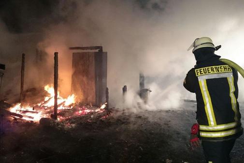 Ein Raub der Flammen: Ein Pferdestall am Kleinen Moorweg ging in der Nacht zu Montag in Flammen auf - die Ursache ist noch unklar.