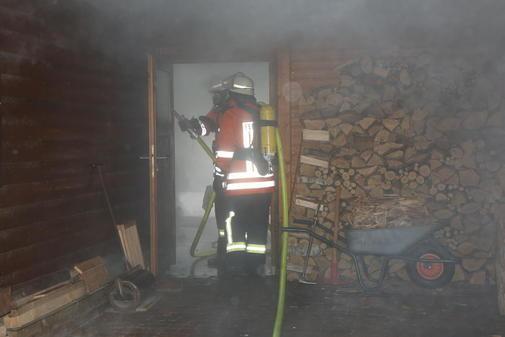 Acht Wehren im Einsatz: Am Tankumsee brannte am Mittwoch ein Holzhaus, die Bewohnerin erlitt eine leichte Rauchvergiftung.