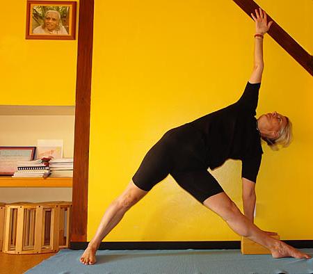 Iyengar Yoga Asana Übung Stellung Trikonasana Dreiecksstellung Streckung Drehung Wirbelsäule Prop Hilgsmittel Klotz