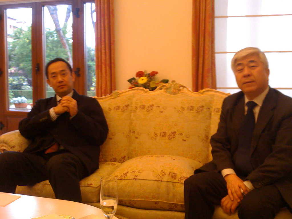 Il Maestro Nohiko Umewaka con il Direttore dell'Istituto Giapponese Kazufumi Takada. Residenza Ambasciatore del Giappone. Marzo 2010