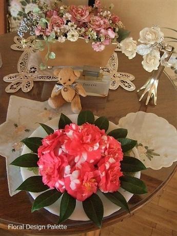 テーブルに飾って椿のケーキを楽しみます💛