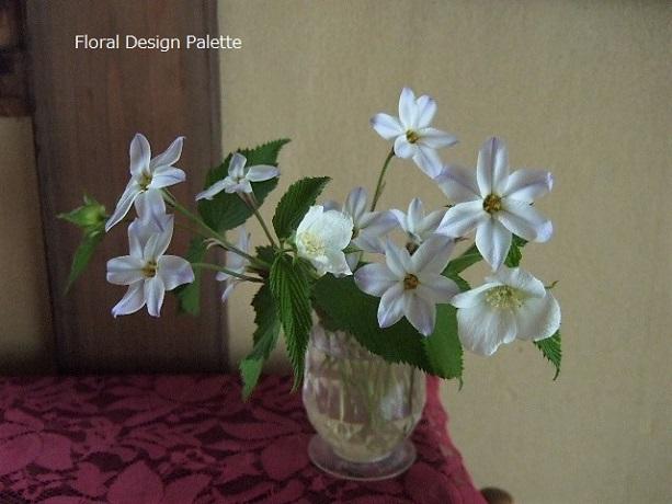 花ニラと白山吹のフラワーデザイン
