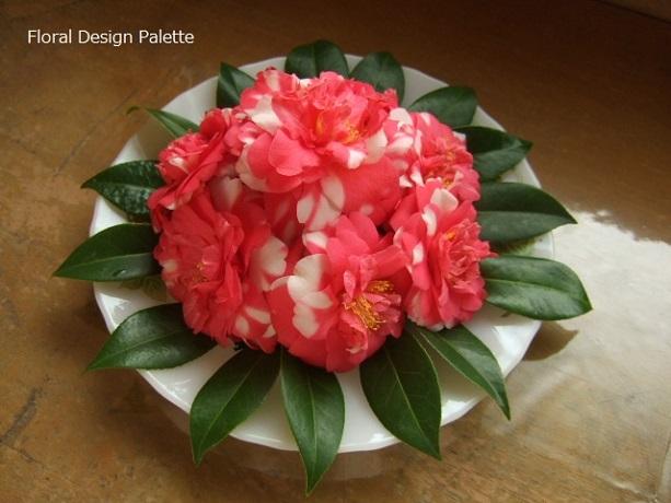 椿ケーキのフラワーアレンジメント