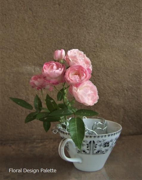 コーヒーカップでは、『お澄ましさん』のバラです