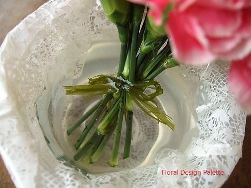 ゼリーのカップの花器に小さな花束をいれて・・
