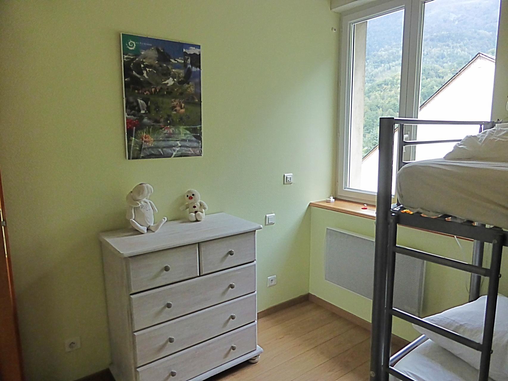 La chambre avec lits superposés en 90 - commode