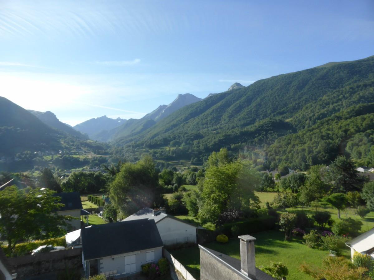 Jolie vue du balcon sur le Pic de Ger et la montagne verte