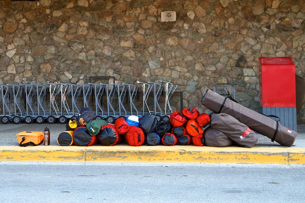 Warten auf unser Taxi! Alles gepackt.