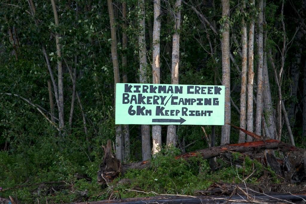 Kirkman Creek. Werbung am Yukon River. Ist ganz neu, das Schild.