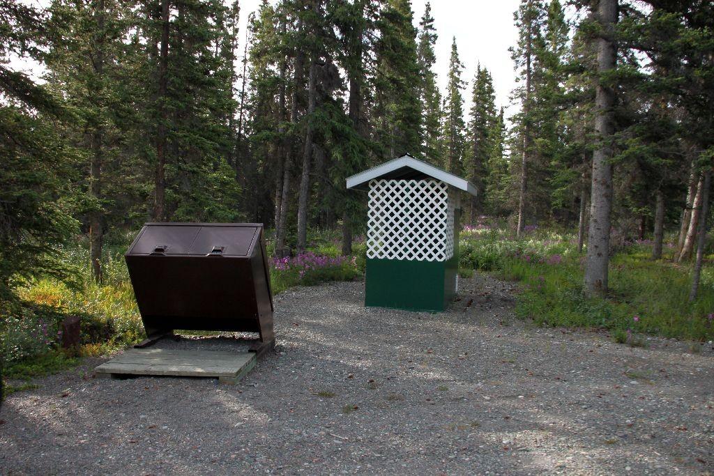 Bärenfester Container und Trockentoilette