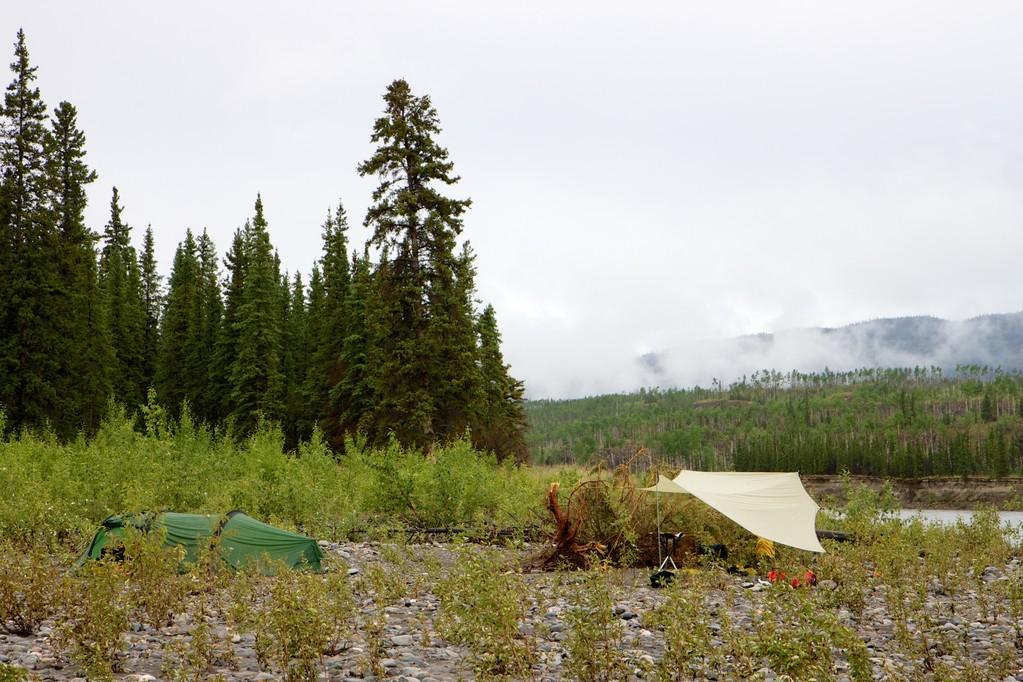 Camp mit Tarp, hält den Regen aber auch nicht ab!