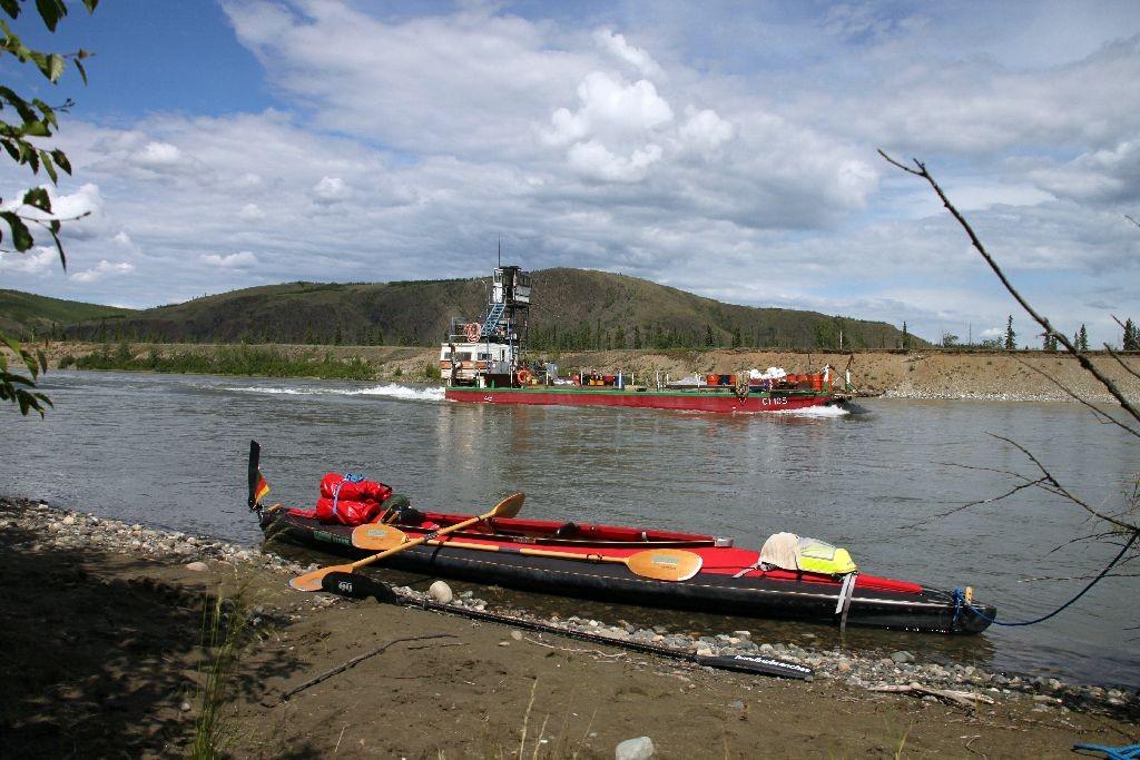 Barge am Yukon, quält sich flussaufwärts, abenteuerliche Konstruktion