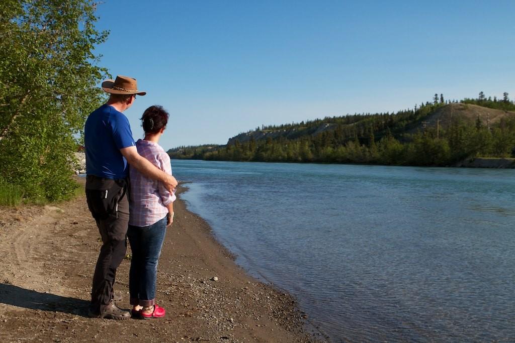 Früh morgens machen wir einen Spaziergang zum Yukon