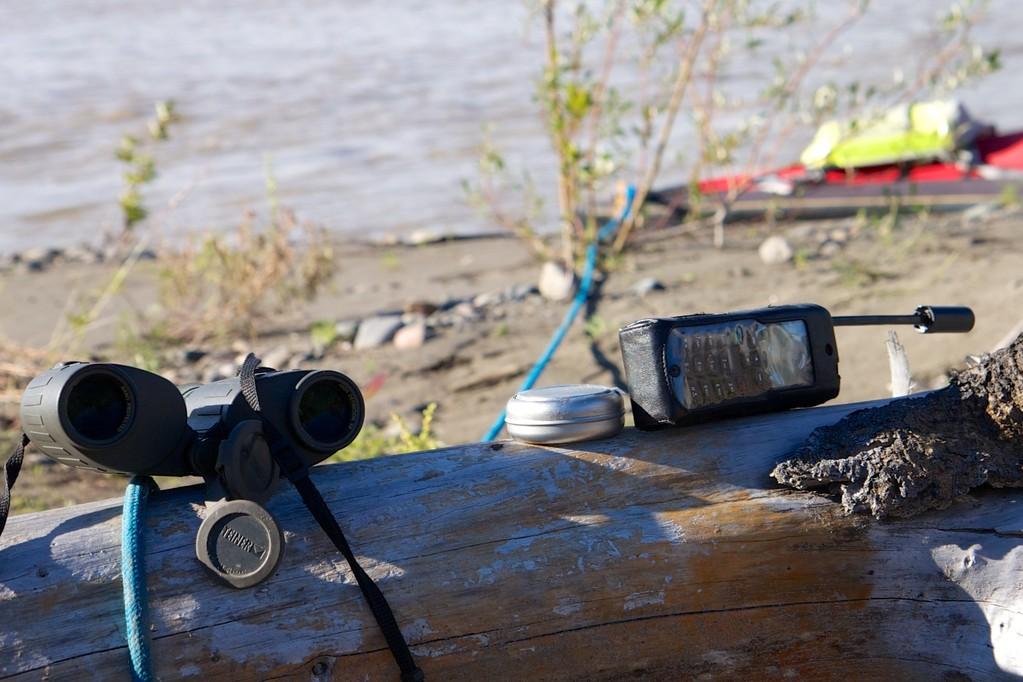 Wichtiges Notfallequipment: Fernglas, Aschenbecher und Sat-Telefon.