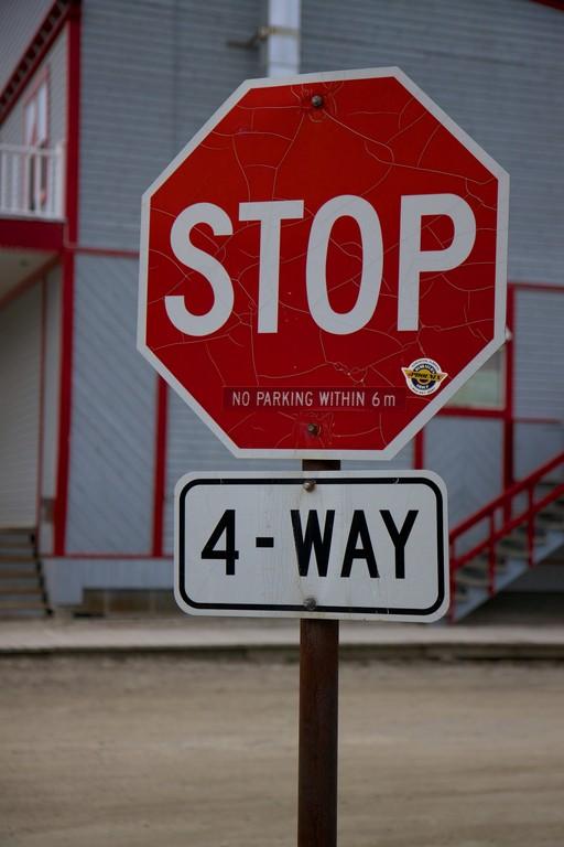 Klare Regelung: Vorfahrt hat die Straße.