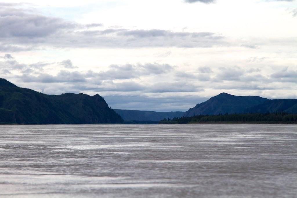 Der Yukon wir breiter, der Wind nimmt zu.