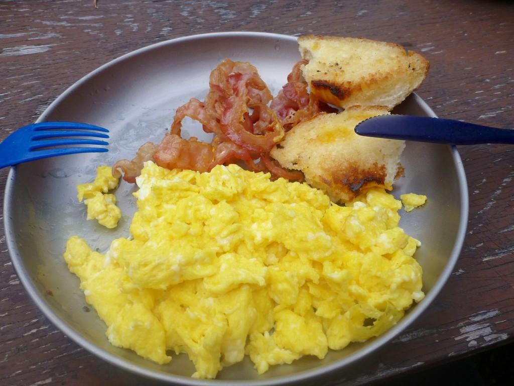 Rührei, Bacon und gebratene Cheesebagels