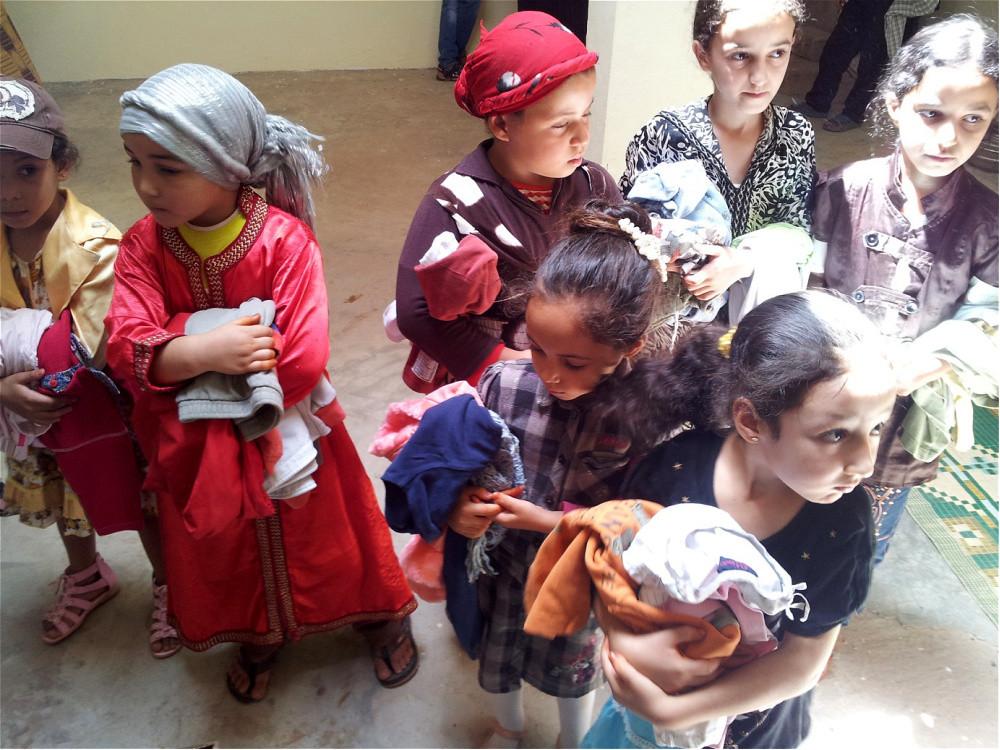 2 Schulen wurden mit Kleiderspenden überrascht