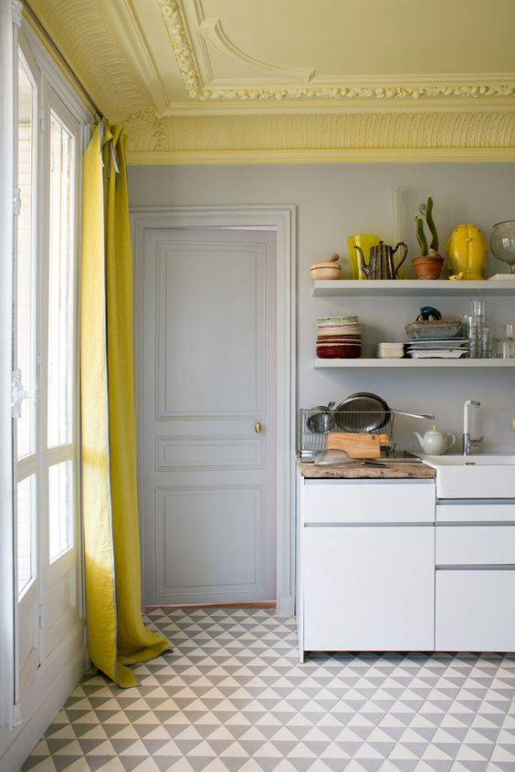 Inside closet, plafond et moulures peints en jaune pâle