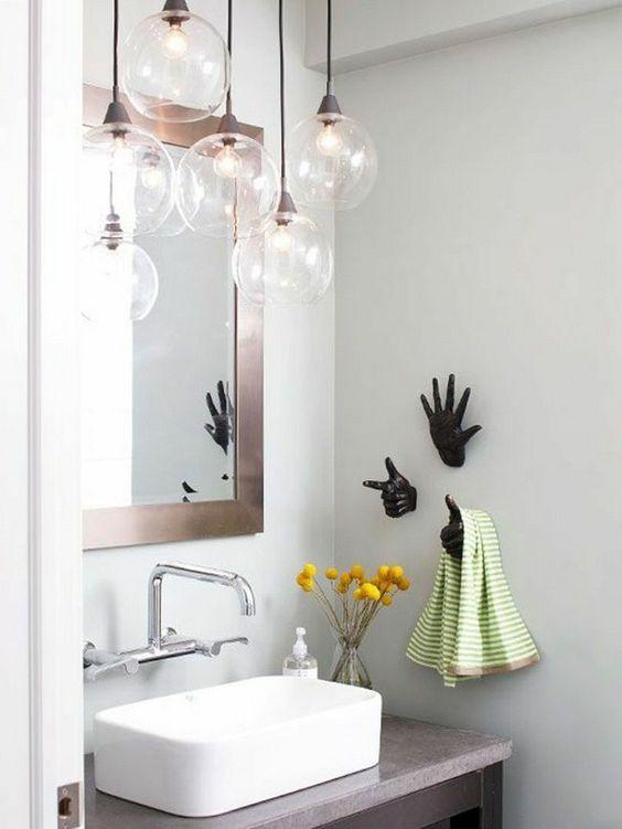 Suspensions en verre dans une salle de bain