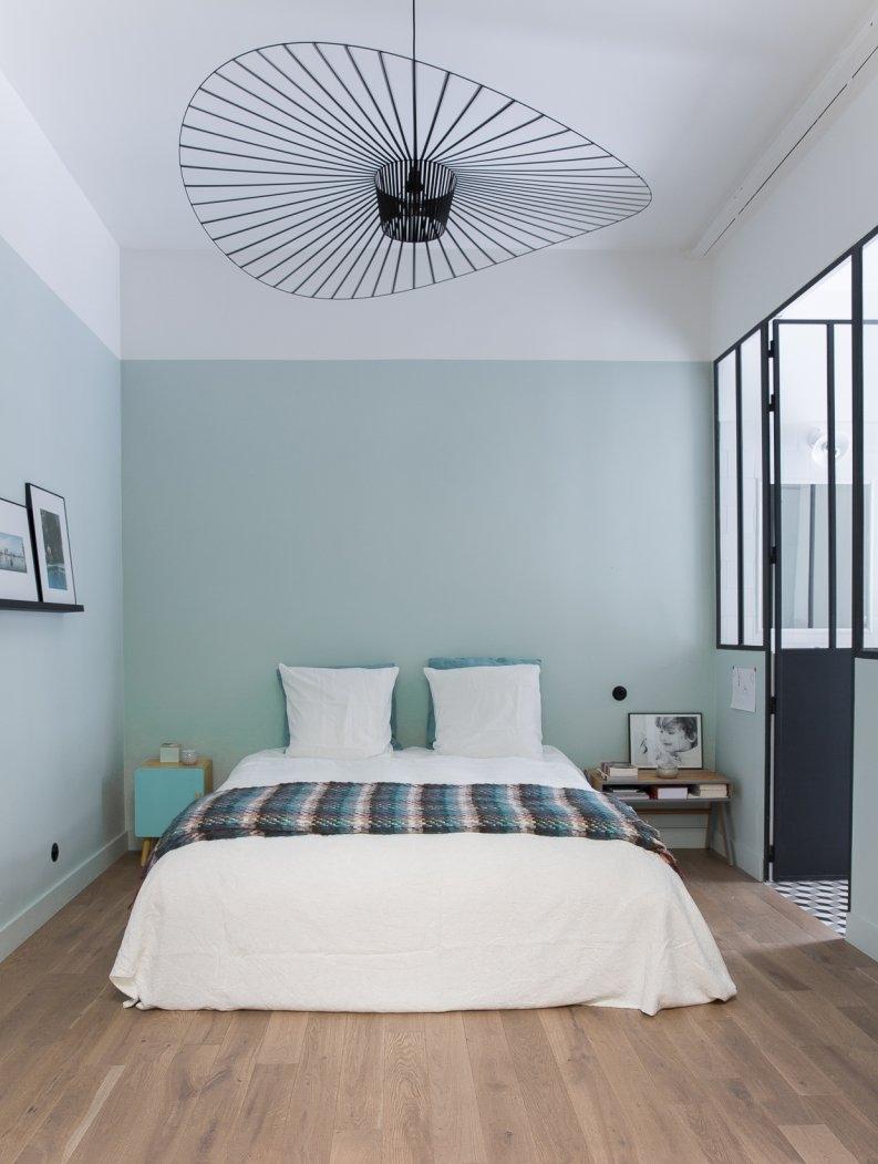 Plafond et une partie des murs blanc, pour diminuer viisuellement la hauteur. Marianne Evennou.