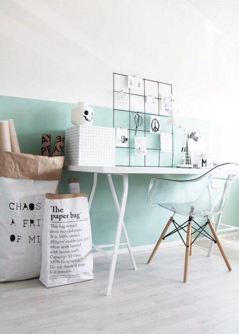 Couleur menthe dans bureau avec chaise Eames et paper bag
