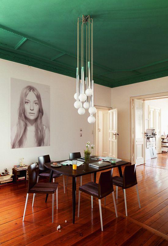 Un plafond et ses moulures peints en vert, plumetis magazine