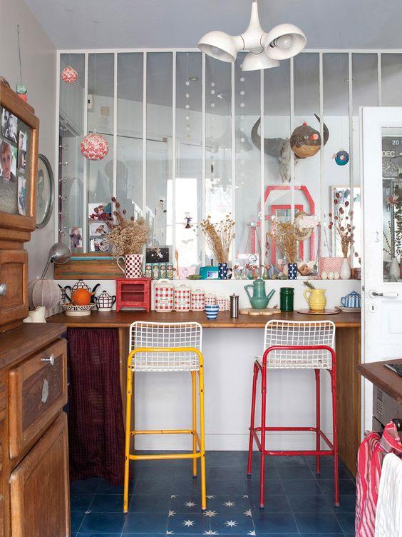 Un joyeux bazar (organisé) dans lequel la couleur arrive par touches (turbulences-déco.fr)
