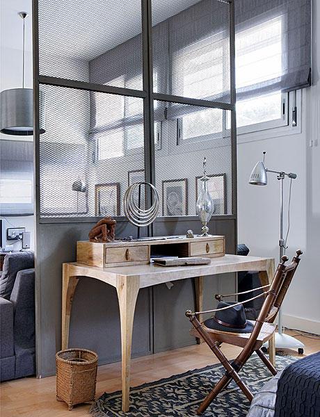 Bureau en bois style indus dans la chambre