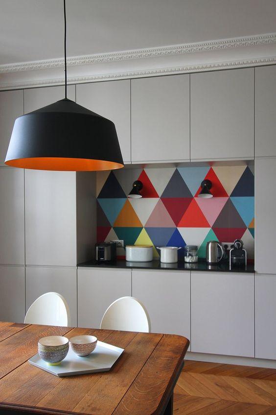 Habiller une niche avec un papier peint coloré (turbulences-deco.fr)