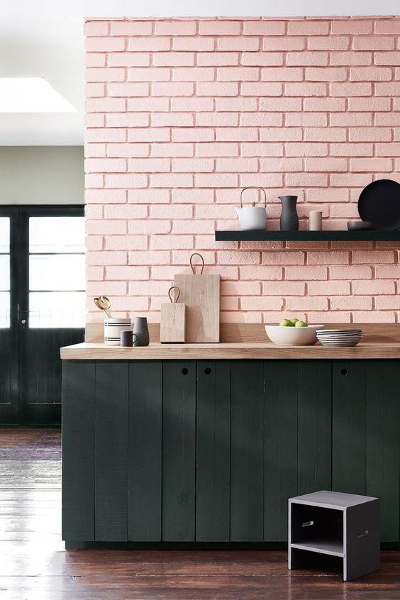 Mariage réussi entre ce rose pastel sur les briques et le bois peint en noir (Coté maison)