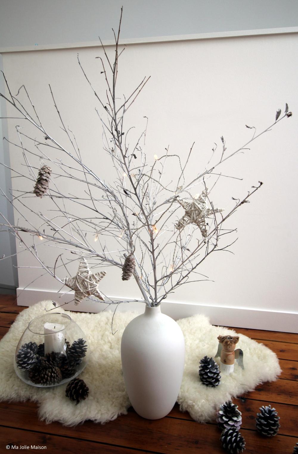 arbre de noël avec branchages et peinture blanche et pommes de pin