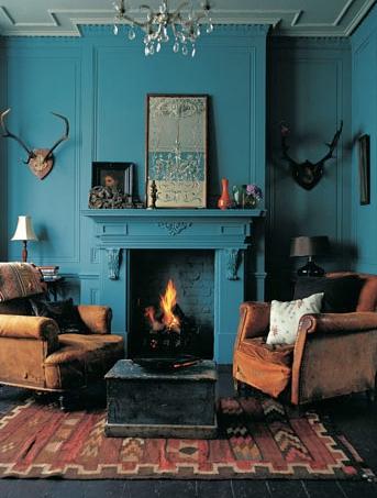 Cheminée et mur couleur bleu avec trophées