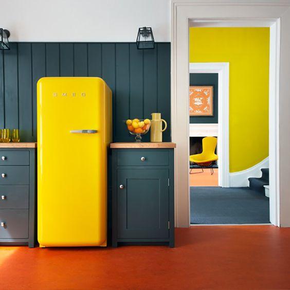 Une touche rétro et de la couleur avec un réfrigérateur Smeg jaune, pièce maîtresse de la cuisine.