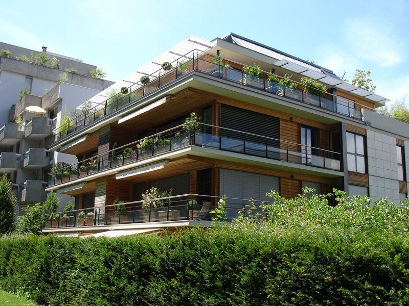 Pour la maison de mon héroîne Anna, je voulais un bel appartement, payé par ses parents, situé dans le centre-ville d'Annecy et donnnant sur le lac. Les appartements de l'avenue d'Albigny se sont naturellement imposés.