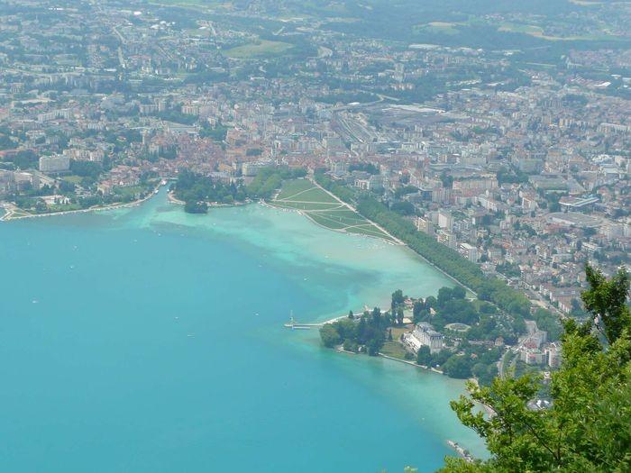 Les paysages autour du lac d'Annecy sont très beaux. Sur celui-ci, on peut voir en bas à droite, l'impérial, le casino d'Annecy où Anna et Marc se sont retrouvés autour d'un brunch.