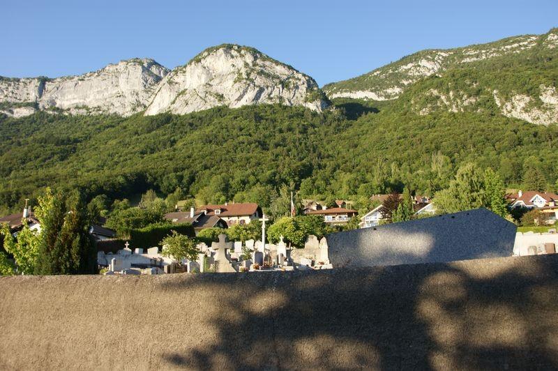 Dimitri est enterré ensuite dans le petit cimetière de Veyrier-le-Lac. J'ai apprécié la vue sur le Mont-Veyrier.