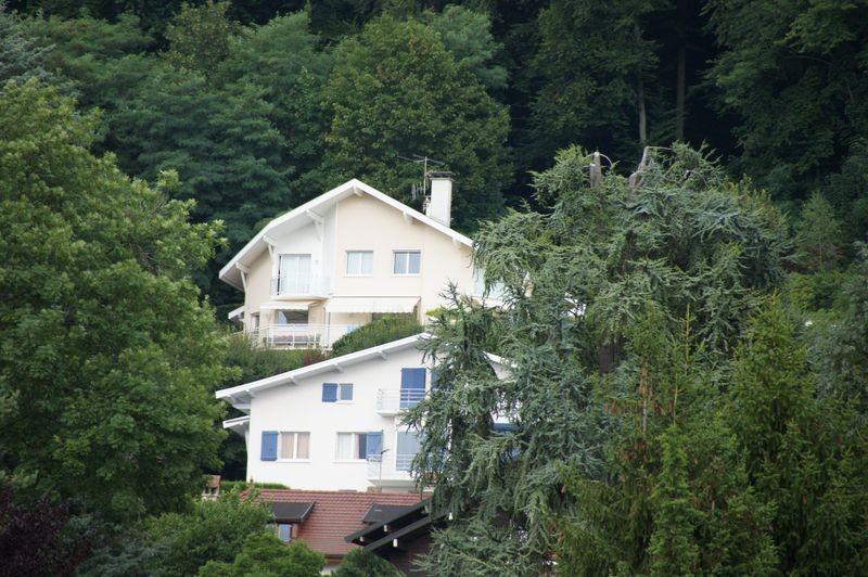 La maison des parents de Anna se trouve à Annecy-Le-Vieux et a une superbe vue sur le lac. Je la voulais cossue avec une terrasse dans les hauts de la colline.